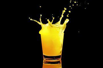 IJsklontje splasht in sinaasappel drank van Nisangha Masselink