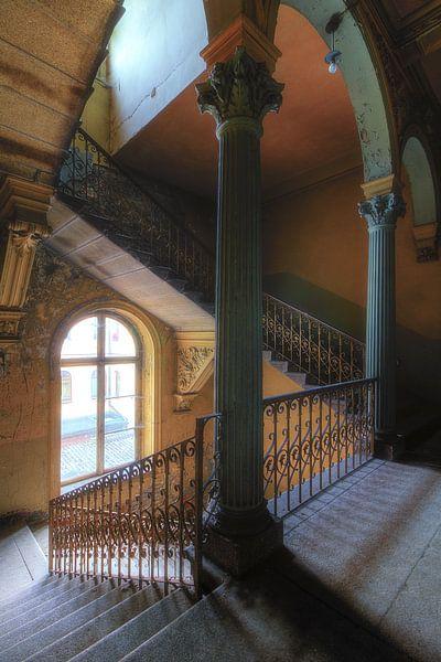 De kleurrijke trap van een oude villa