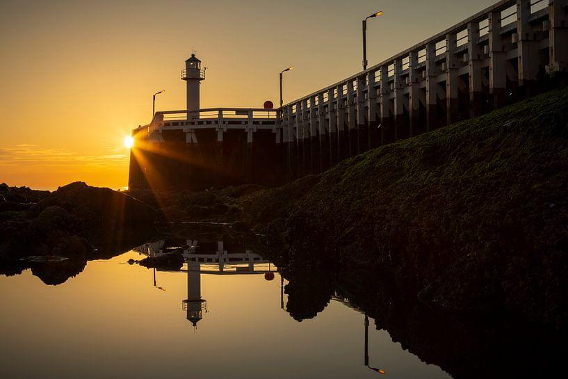 de pier van Nieuwpoort langs de belgische kust tijdens zonsondergang van Krist Hooghe