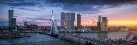 Spitsuur in Rotterdam - Panorama skyline zonsondergang van Vincent Fennis