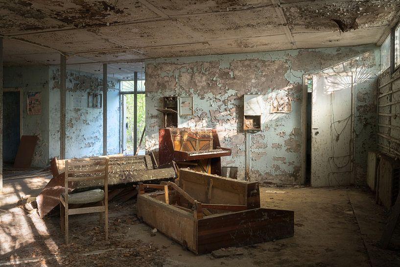 Verlassener Klavierladen. von Roman Robroek