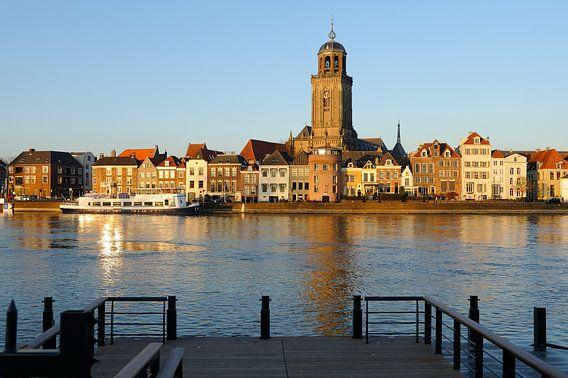 Skyline van Deventer aan de IJssel tijdens zonsondergang