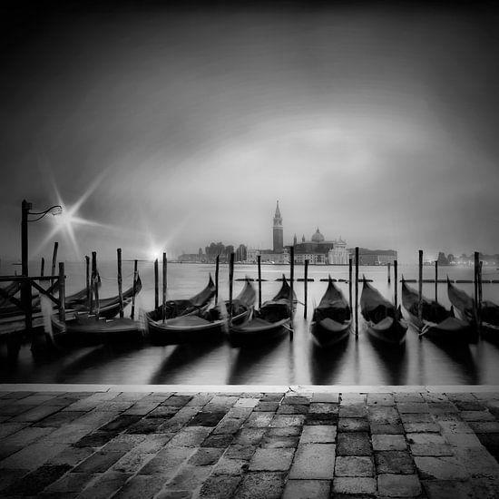 VENICE Gondolas on a foggy morning | monochrome
