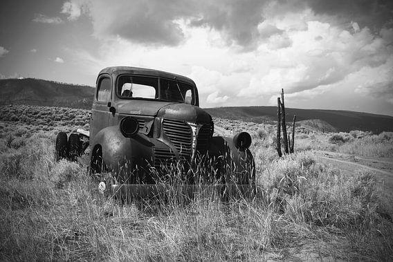 Roestige oude pick-up truck (in zwart/wit)