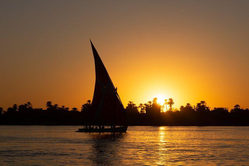 Bij zonsondergang varen in een felucca op de Nijl in Egypte van Jille Zuidema