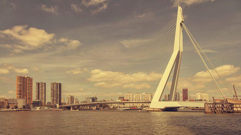 Erasmusbrug in Rotterdam (vintage look) van John Kreukniet