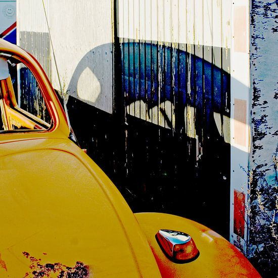 Volkswagen Kever op de sloop Car Dump van Margo Schoote
