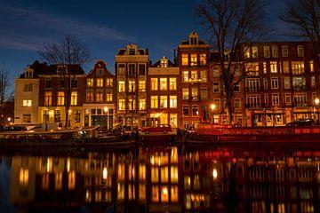 Les maisons d'Amsterdam sur l'Amstel au crépuscule sur Nisangha Masselink
