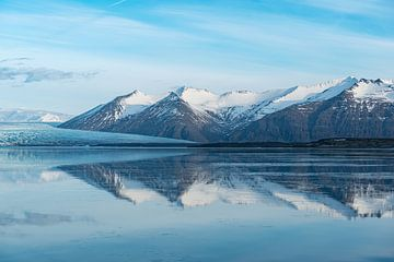 Reflecties in het verstilde IJslandse meer, Jökulsárlon van Gerry van Roosmalen
