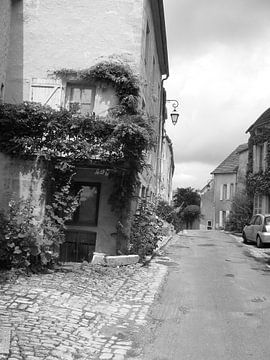 straat in Frankrijk zwart-wit van Mirjam van Ginkel