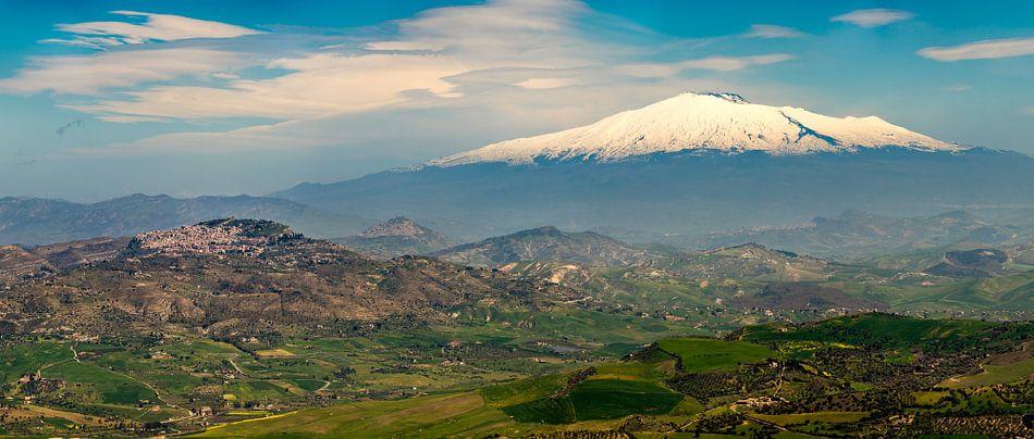 Sicilië, zicht op de Etna in het voorjaar