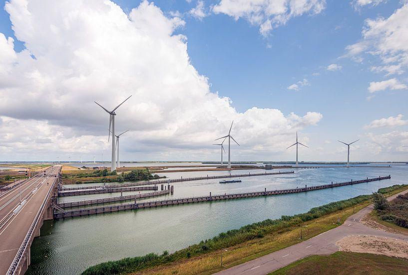 Krammer windpark en sluizencomplex bij Bruinisse van Ruud Morijn