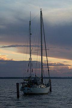 Zeilboot bij zonsondergang op de Surinamerivier van rene marcel originals