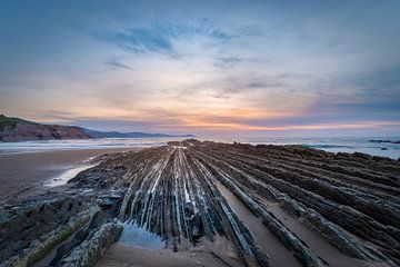 Unieke kust in Noord-Spanje bij zonsondergang