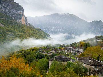 Herbst in Papingo, einem Dorf in den Bergen von Nordgriechenland von Teun Janssen