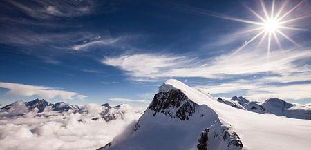 Landschaft in den Alpen mit Gletschern, Wolken, Schnee und Sonne, Breithorn, Wallis, Schweiz
