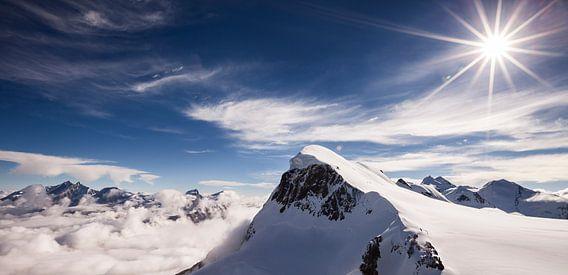 Landschap in de Alpen met Gletsjers, Wolken, Sneeuw en Zon, Breithorn, Wallis, Zwitserland van Frank Peters