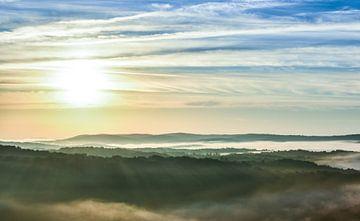 Berglandschaft mit dem Sonnenaufgang von Gonnie van Hove