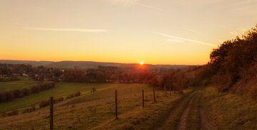 Zonsondergang bij Wahlwiller in Zuid-Limburg van John Kreukniet