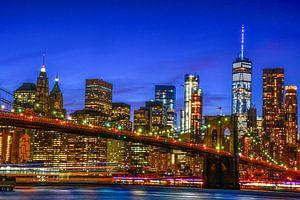 NYC: Skyline Brooklyn bridge en Manhattan tijdens blauwe uurtje