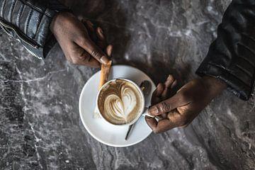 Eine Tasse Kaffee mit einer Herzform in der Mitte. von Claudio Duarte