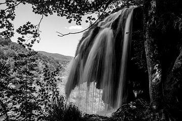 Zwart/wit waterval bij Plitvice, Kroatie van Jordi Wallenburg