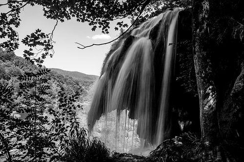 Zwart/wit waterval bij Plitvice, Kroatie von Jordi Wallenburg