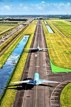 Twee KLM vliegtuigen op weg naar de Polderbaan op Schiphol van Jeffrey Schaefer