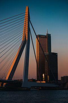 Laatste zonlicht op de Erasmusbrug op een mooie zomeravond tijdens het blauwe uurtje van Arthur Scheltes