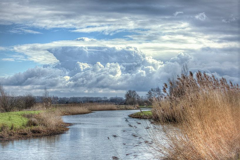 Mooie wolkenluchten boven het Valleikanaal in februari van Eric Wander