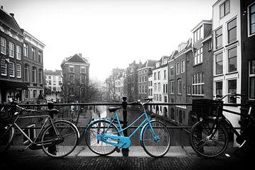 De blauwe fiets op de Maartensbrug in Utrecht van De Utrechtse Grachten