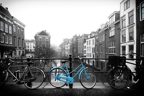 De blauwe fiets op de Maartensbrug in Utrecht van