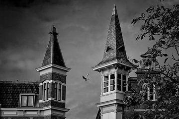 Twee torentjes op grachtenpanden aan de Oudegracht in Utrecht (2) von De Utrechtse Grachten