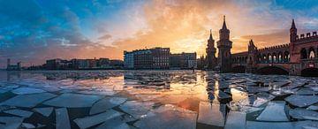 Berlin Oberbaumbrücke Panorama im Winter zum Sonnenuntergang von Jean Claude Castor