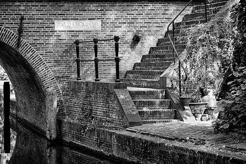 De trap bij de Paulusbrug over de Nieuwegracht in Utrecht in zwartwit van