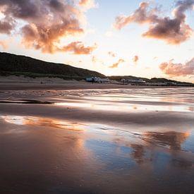 Weerspiegeling op het strand in Zeeland. Wout Kok One2expose van Wout Kok