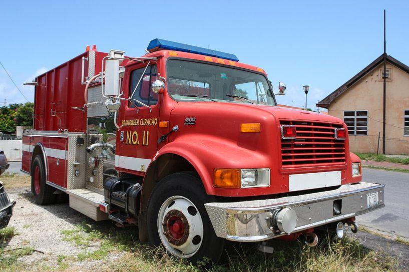 brandweerwagen bij brandweerkazerne willemstad curacao van Frans Versteden
