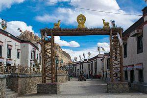 Straatbeeld in een oud deel van Gyantse, Tibet van