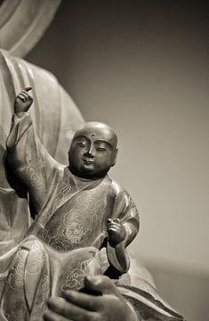 """Baby"" kleine Buddha beeld in sepia van Rob van Keulen"
