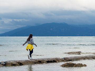 Meisje in het Gardameer Italië van