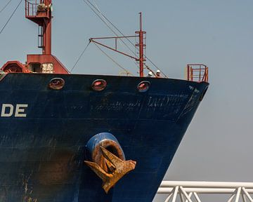 Zeeman op de boeg van een tanker in de haven Rotterdam. van scheepskijkerhavenfotografie
