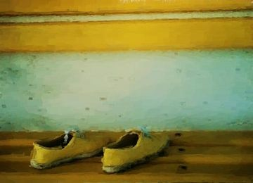 Gele sneakers op gele houten bank van Maurice Dawson