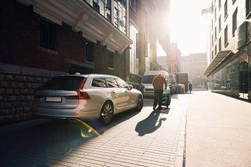 Fleißiger Mann mit Volvo V90 von Simon Peeters