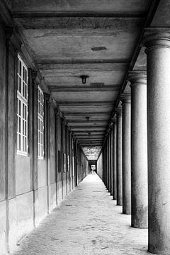Stadt- / Straßenbild mit Tiefe in Schwarzweiss. von Helga van de Kar