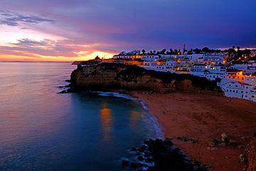 Het dorpje Carvoeiro aan de zuidkust in de Algarve Portugal bij zonsondergang sur Nisangha Masselink