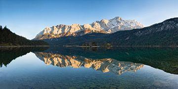 Wettersteingebirge und Zugspitze spiegeln sich im Eibsee, Bayern, Deutschland von Markus Lange