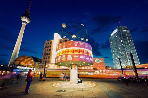 Berlin – Alexanderplatz at Night van Alexander Voss
