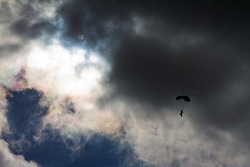 Dreigende parachute van Dennis van de Water