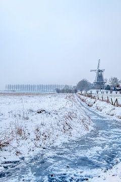 Winterslandschap molen en bevroren sloot von Moetwil en van Dijk - Fotografie