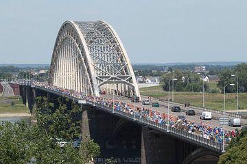 Vierdaagselopers op de Waalbrug van Ger Loeffen